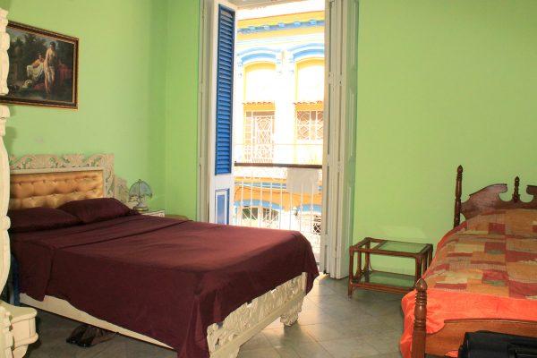 3- Habitación triple con baño privado y vistas a la ciudad