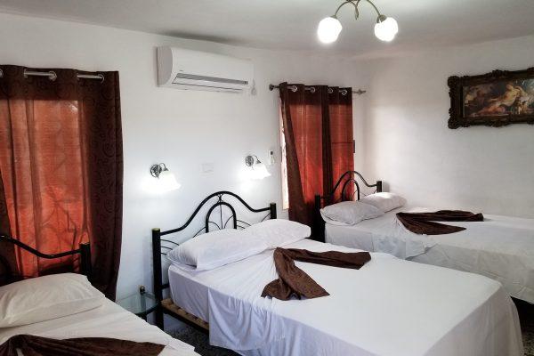 6- Habitación triple con baño privado