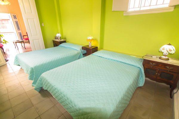 4- Habitación cuádruple con baño privado y vistas a la ciudad