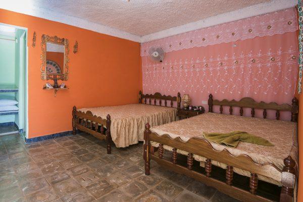 1- Habitación cuádruple con baño privado y vista al valle