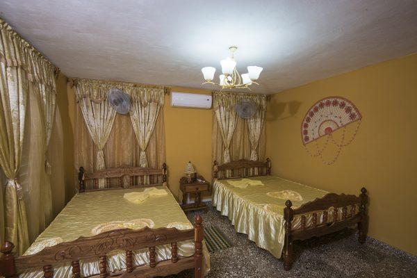 2- Habitación cuádruple con baño privado y vista al valle