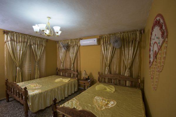 3- Habitación cuádruple con baño privado y vista al valle