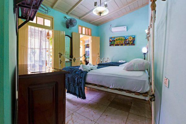 1- Habitación cuádruple con baño privado